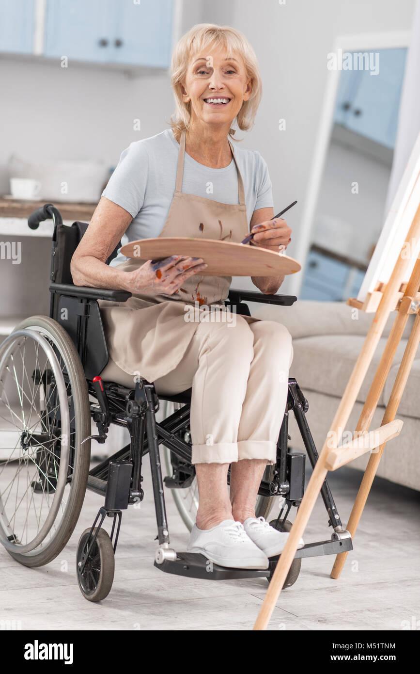 Behinderte reife Frau ihr Talent frei Stockbild