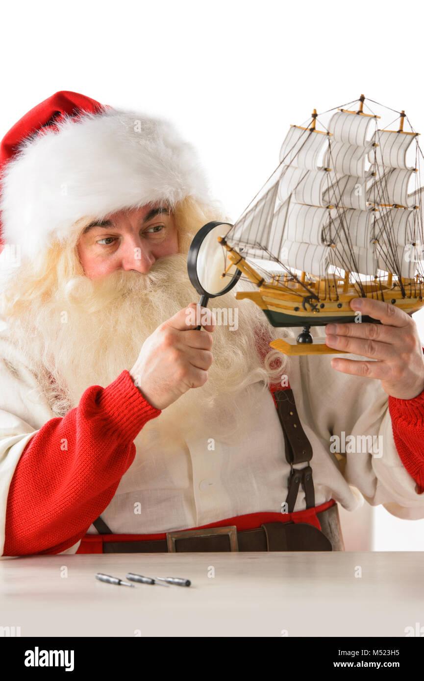 Santa Claus in seiner Werkstatt neue Spielzeug für ...