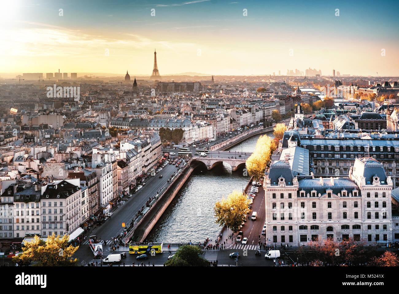 Paris, Frankreich, seine Stadtbild in herbstlichen Farben. Eiffelturm und La Defense im Hintergrund. Nebligen Himmel. Stockfoto