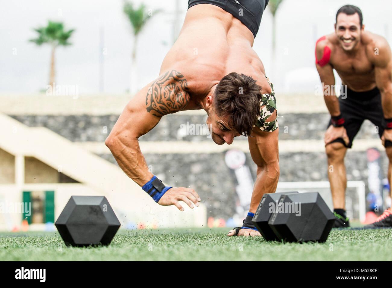 Mann macht Handstand während crossfit Wettbewerb, Teneriffa, Kanarische Inseln, Spanien Stockbild