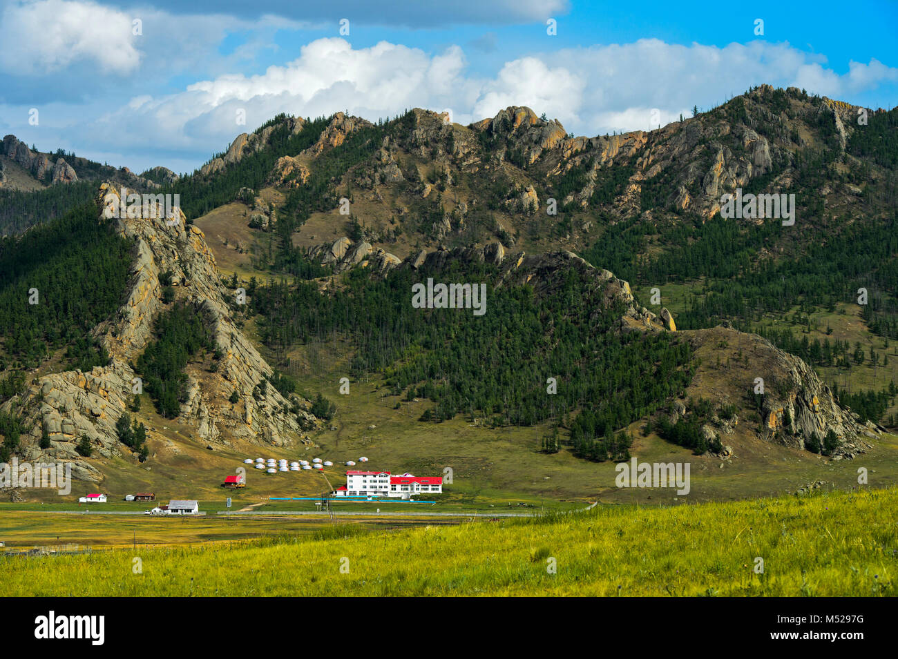 Touristische Unterkünfte mit Jurten in Gorkhi-Terelj Nationalpark, Mongolei Stockbild
