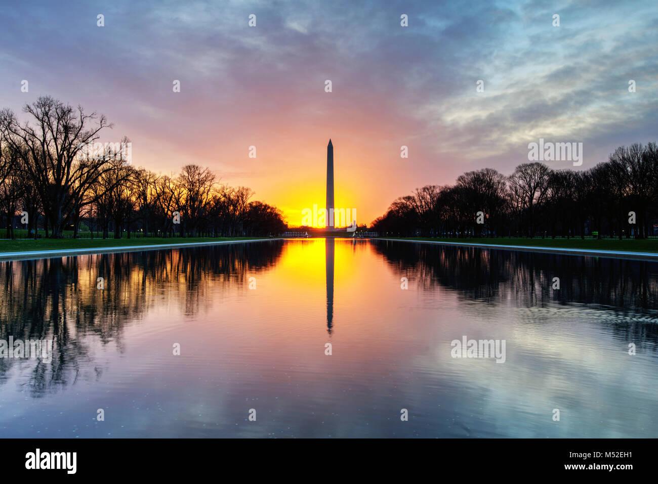 Sonnenaufgang über dem Washington Monument und einen reflektierenden Pool, National Mall, Washington, DC Stockbild