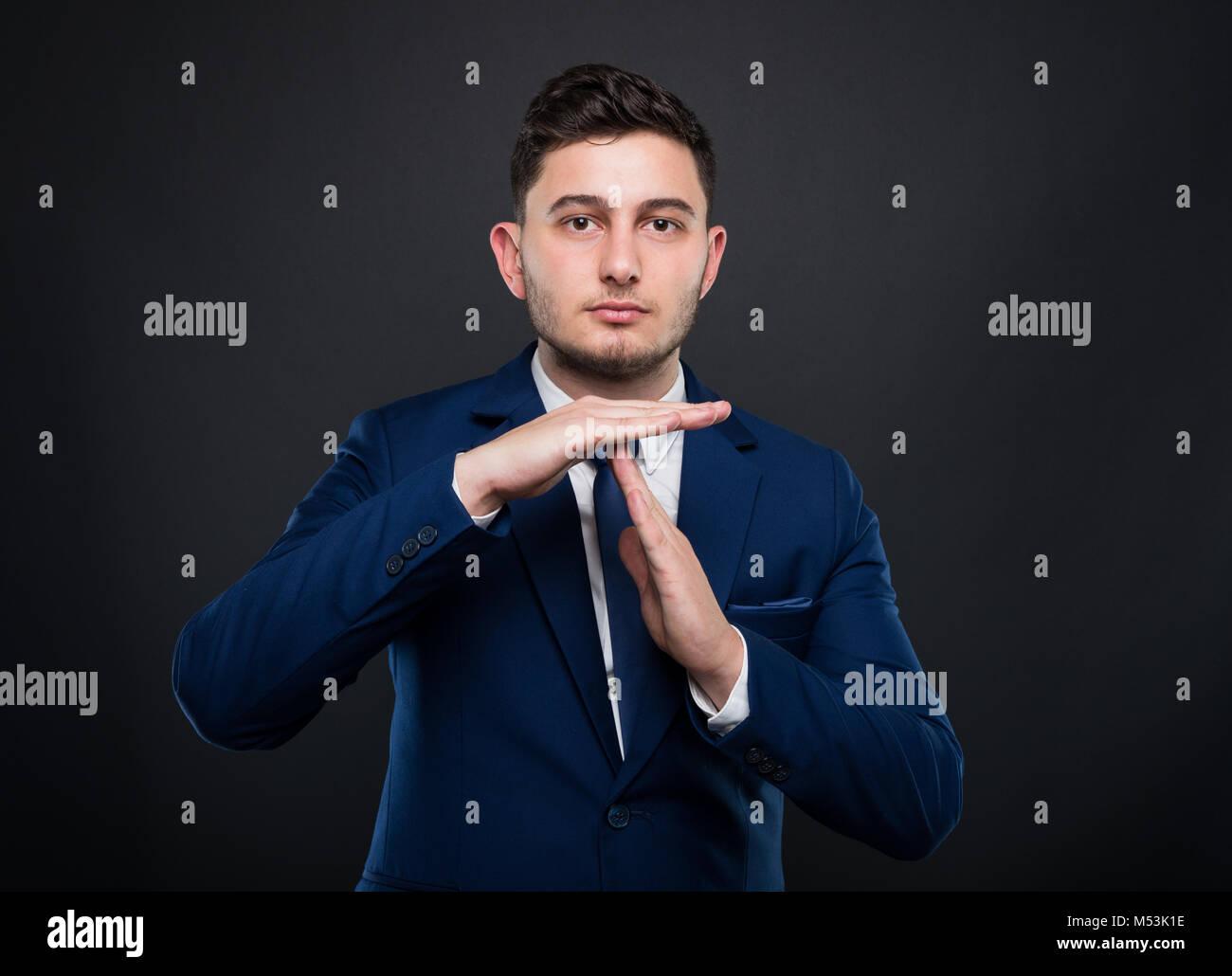 Stattliche Unternehmer, die sich abgemeldet haben oder etwas Unterbrechen auf schwarzem Hintergrund Stockfoto