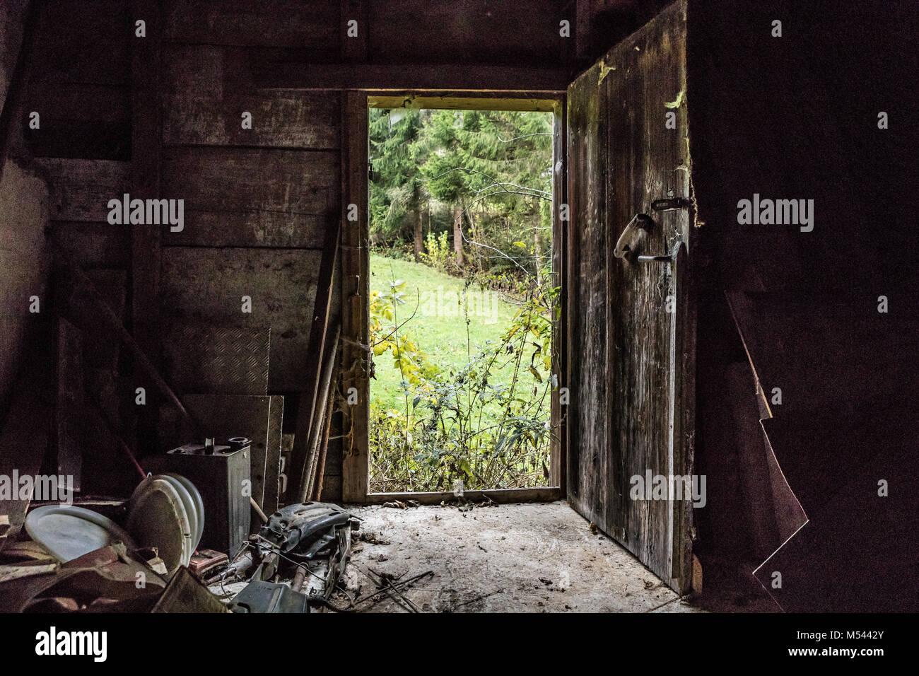 Alte Holztür an einem verlassenen Haus - verlorene Ort Stockbild