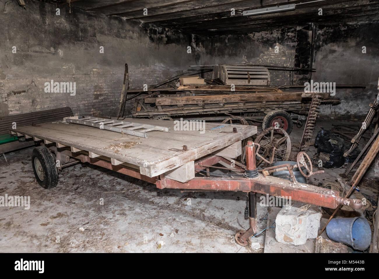 Alte Anhänger an verlassenen Hof - verlorene Ort Stockbild