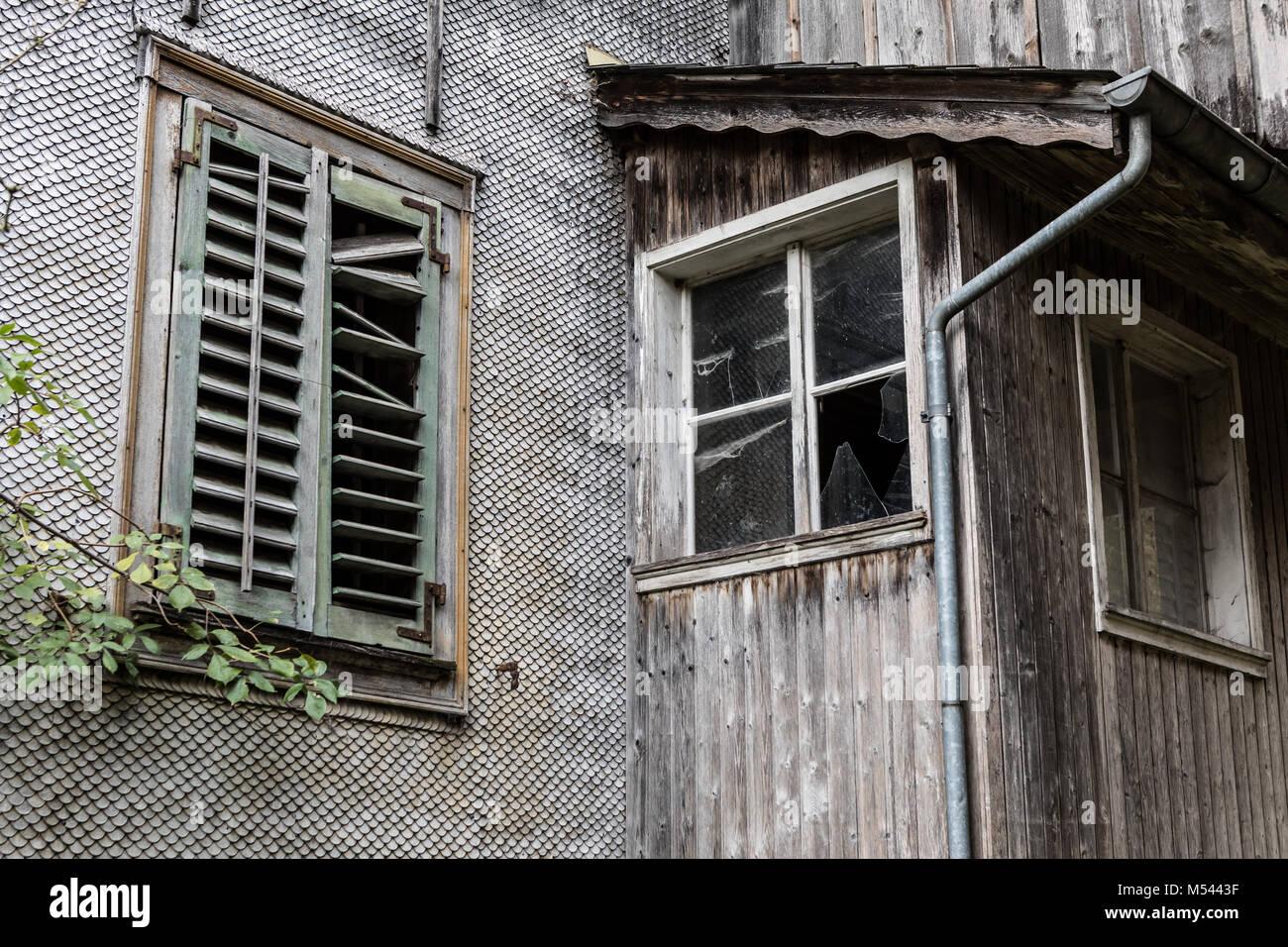 Fenster an einem verlassenen Wohn- und Bauernhaus - verlorene Ort Stockbild