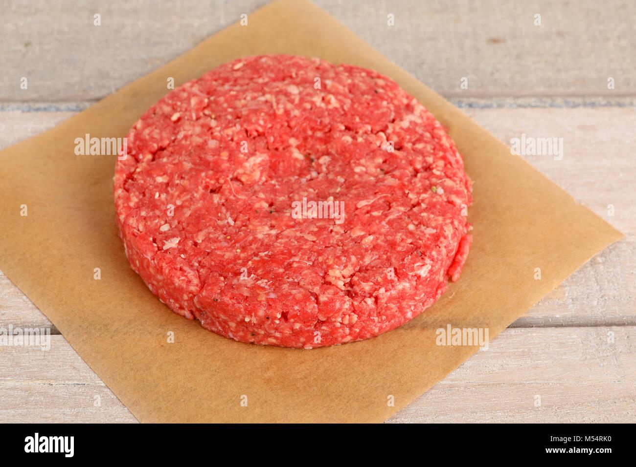 Eine rohe pattie Für einen Burger Stockbild
