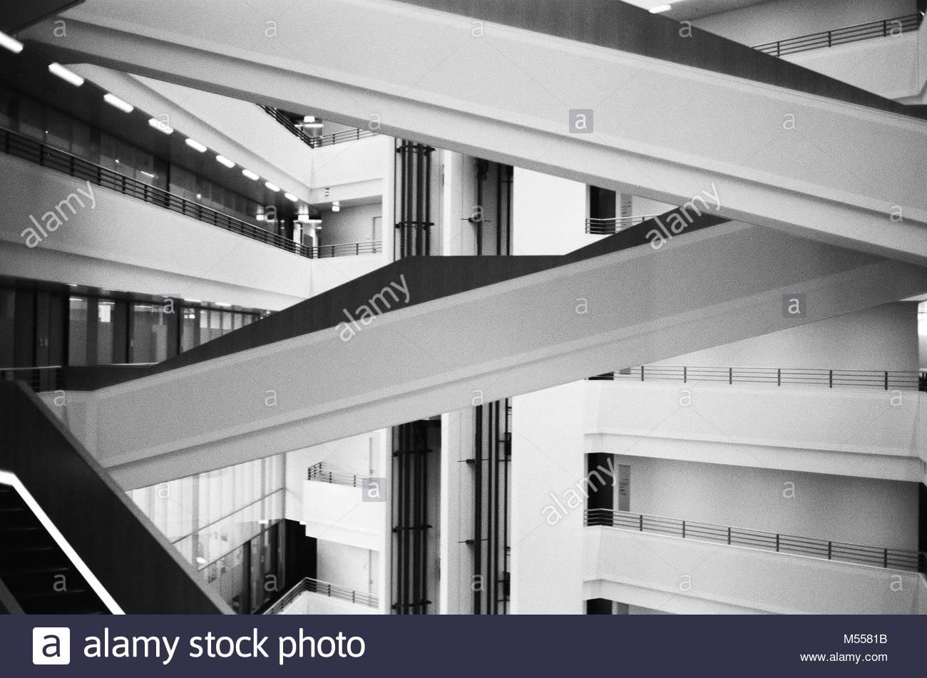 Rolltreppe in einem Bürogebäude Stockbild