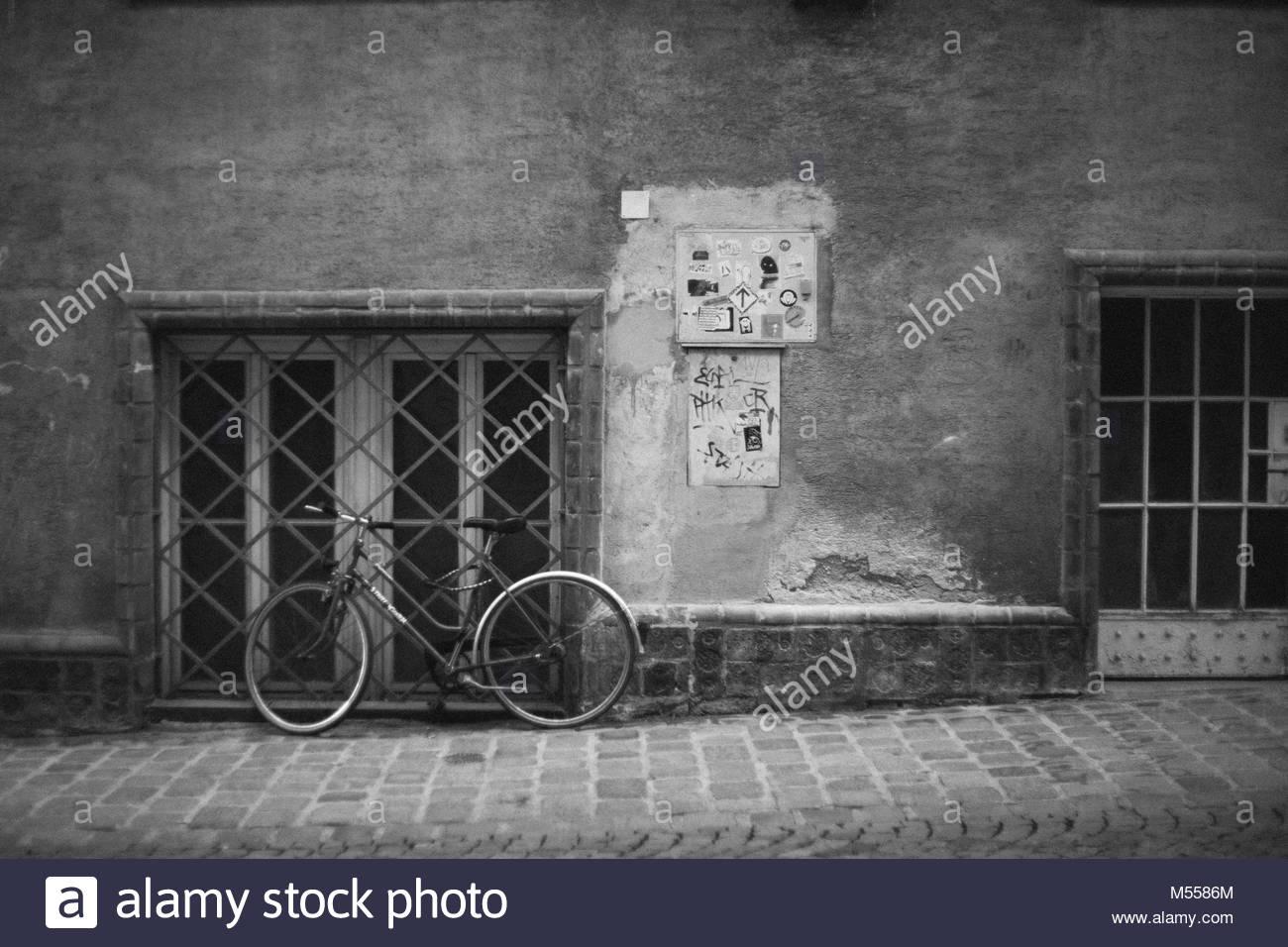 Fahrrad an einer Wand Stockbild