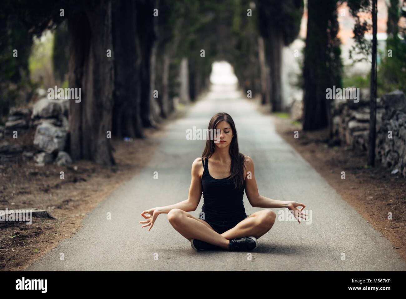 Sorglose ruhe Frau meditieren in der Natur. Finden des inneren Friedens Yoga Praxis Spirituelle Heilung Lifestyle. Stockbild