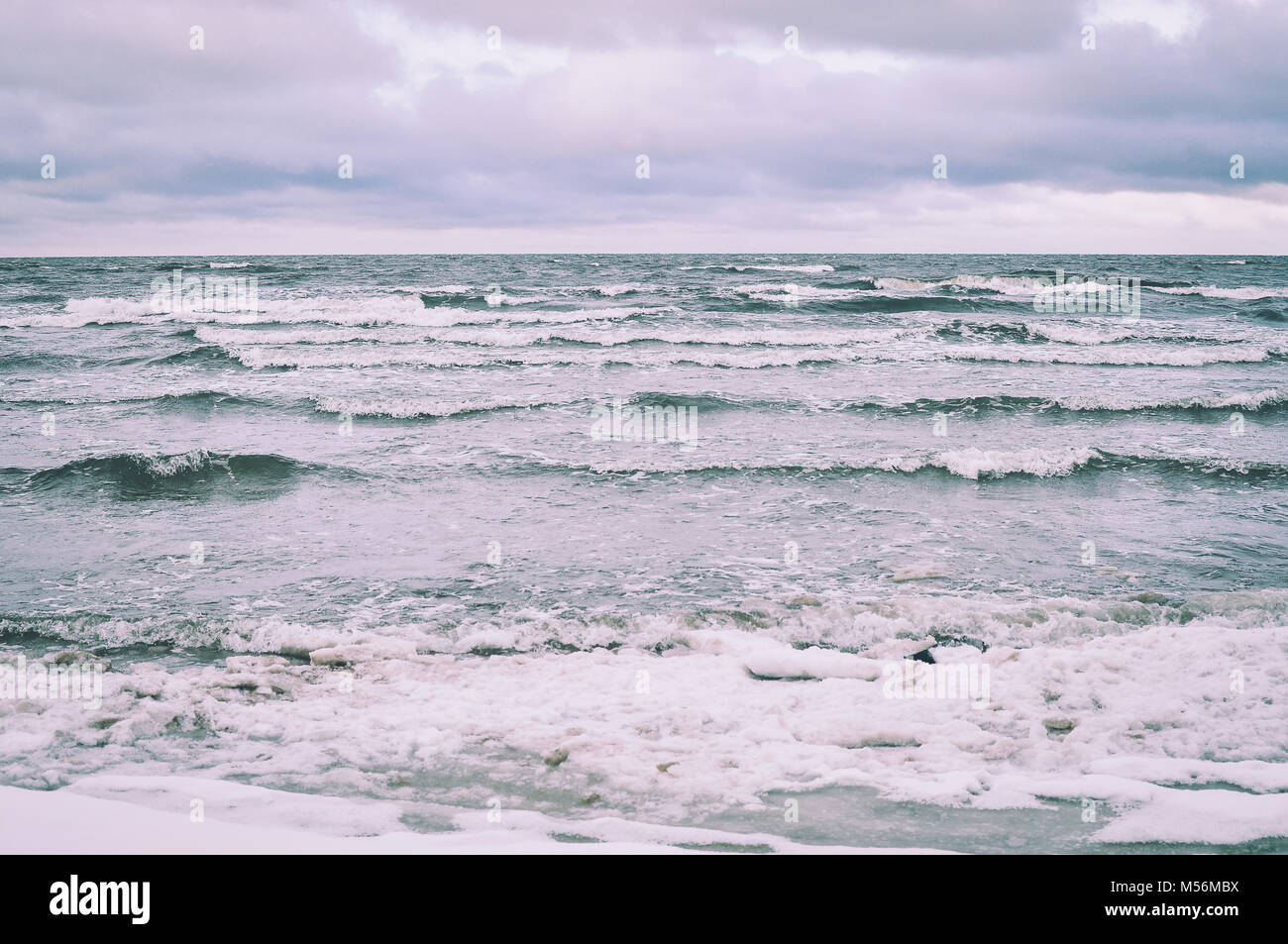 Ostsee im Winter. Wind und Wellen. Stockbild