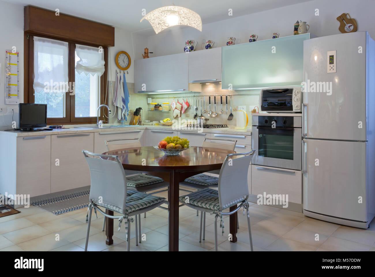 Fußboden Für Weiße Küche ~ Italienische moderne weiße home küche interieur mit runden holztisch