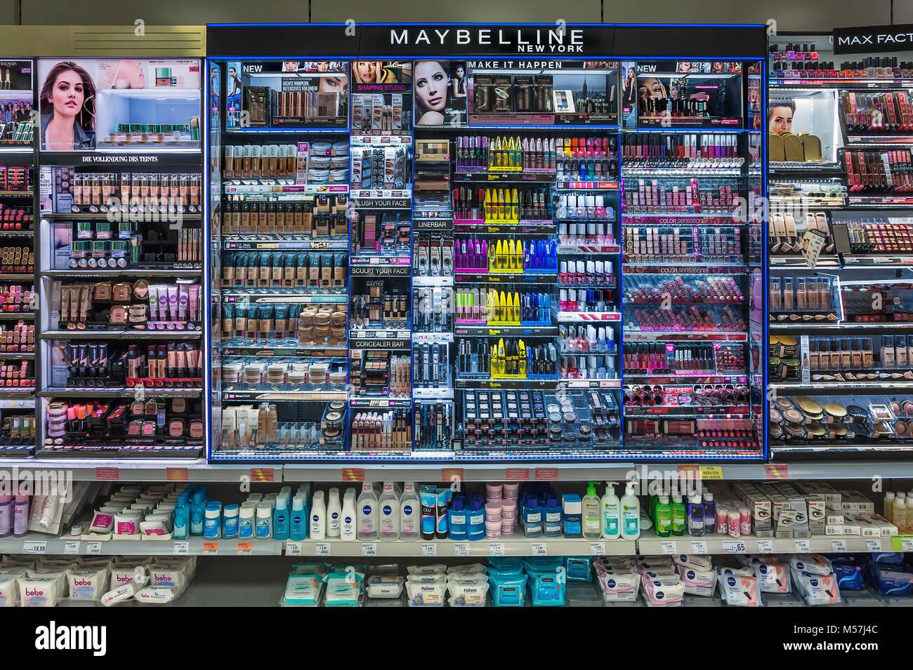 Regal mit kosmetischen Artikeln in einem Supermarkt, Deutschland Stockbild