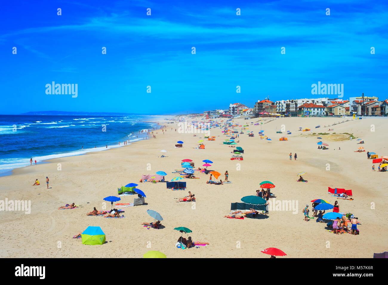 ESPINHO, PORTUGAL - May 30, 2017: Menschen am Ocean Beach in einer hohen Peak Season. Portugal berühmten Reiseziel Stockbild