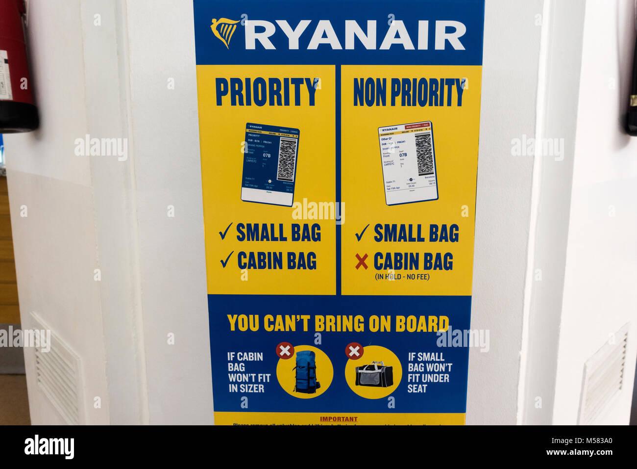 Ryanair neue 2018 Handgepäck Regeln, Handgepäck größe Checker. Gepäck Messen stehen. Tragen Stockbild