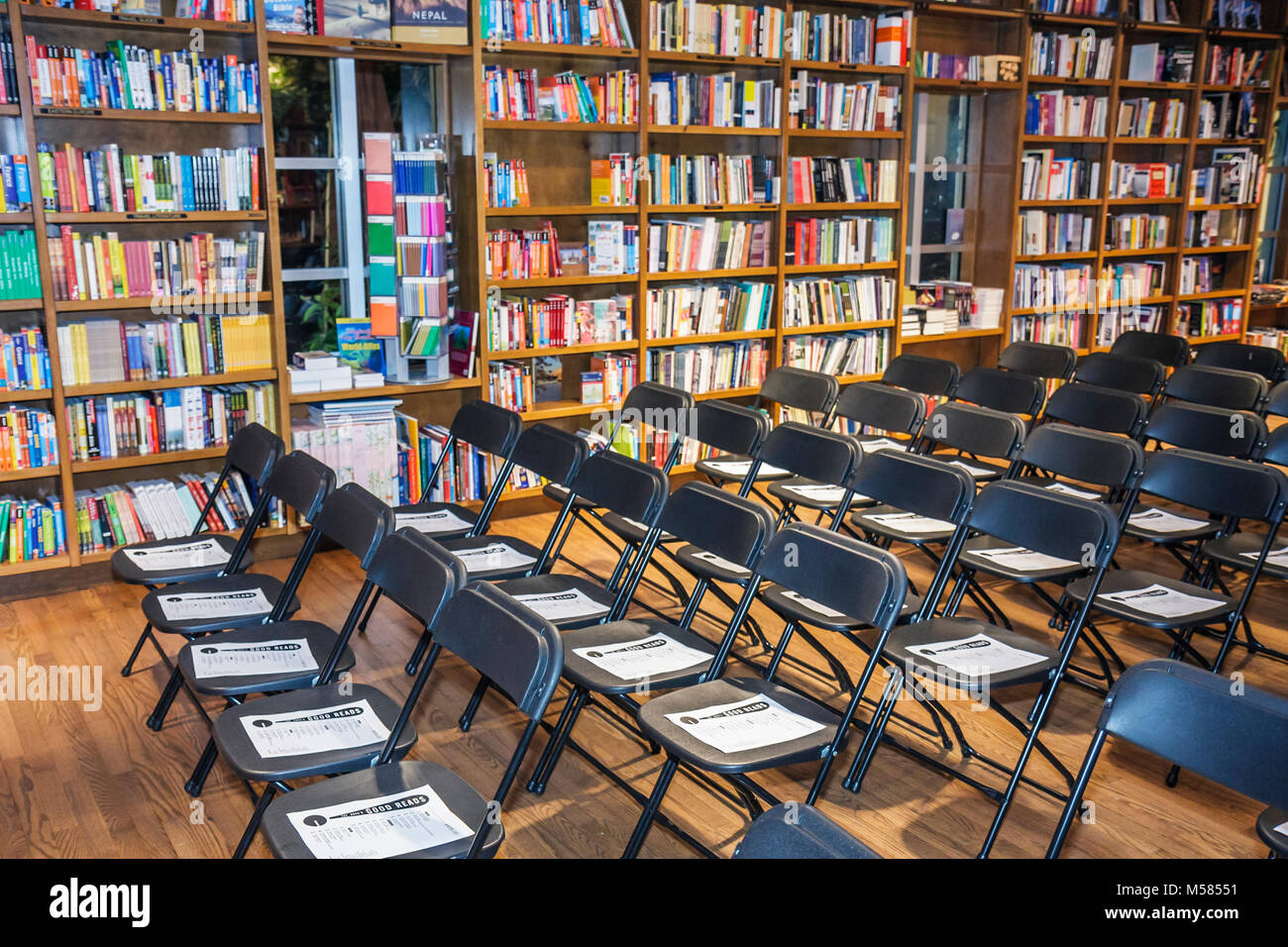 Coral Gables Bücher und Bücher National Book Critics Circle klappbare Stühle Reihen Stockbild