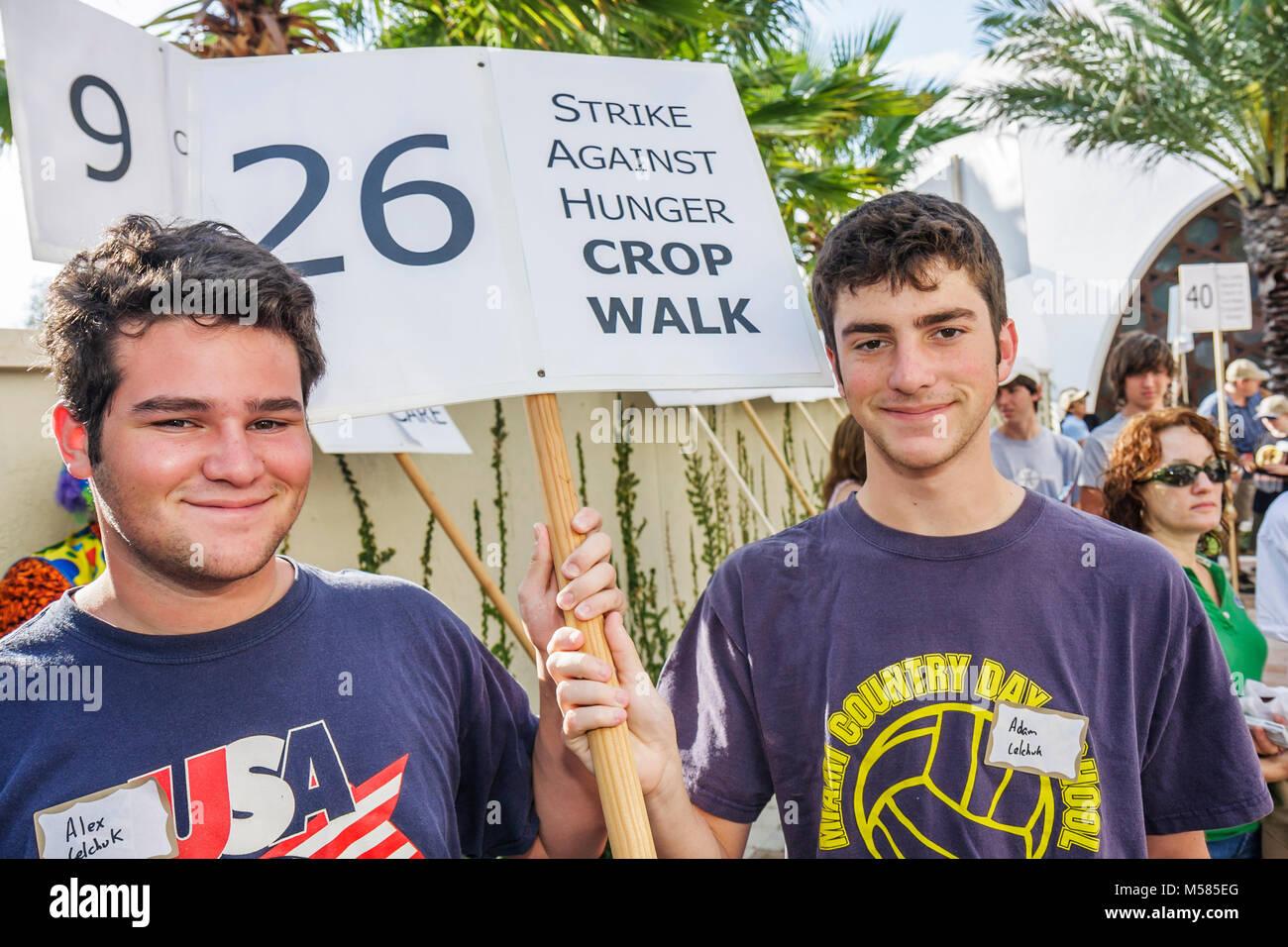 Freiwillige Helfer jungen Teenager Studenten Gruppenleiter Zeichen teilnehmen Streik gegen Hunger Ernte Spaziergang Stockbild