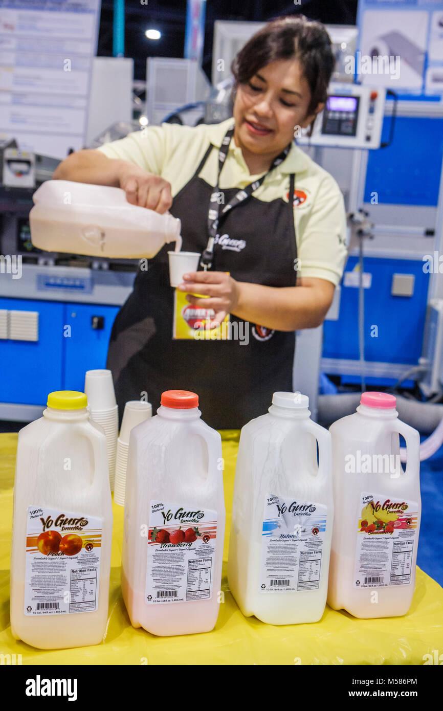 Yo Gusto Joghurt Drink kostenlos Probe Hispanic Frau Schale gießt Stockbild