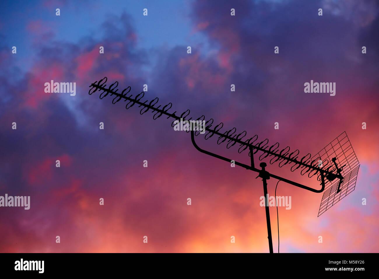 Fernsehantenne im Sonnenuntergang Stockbild