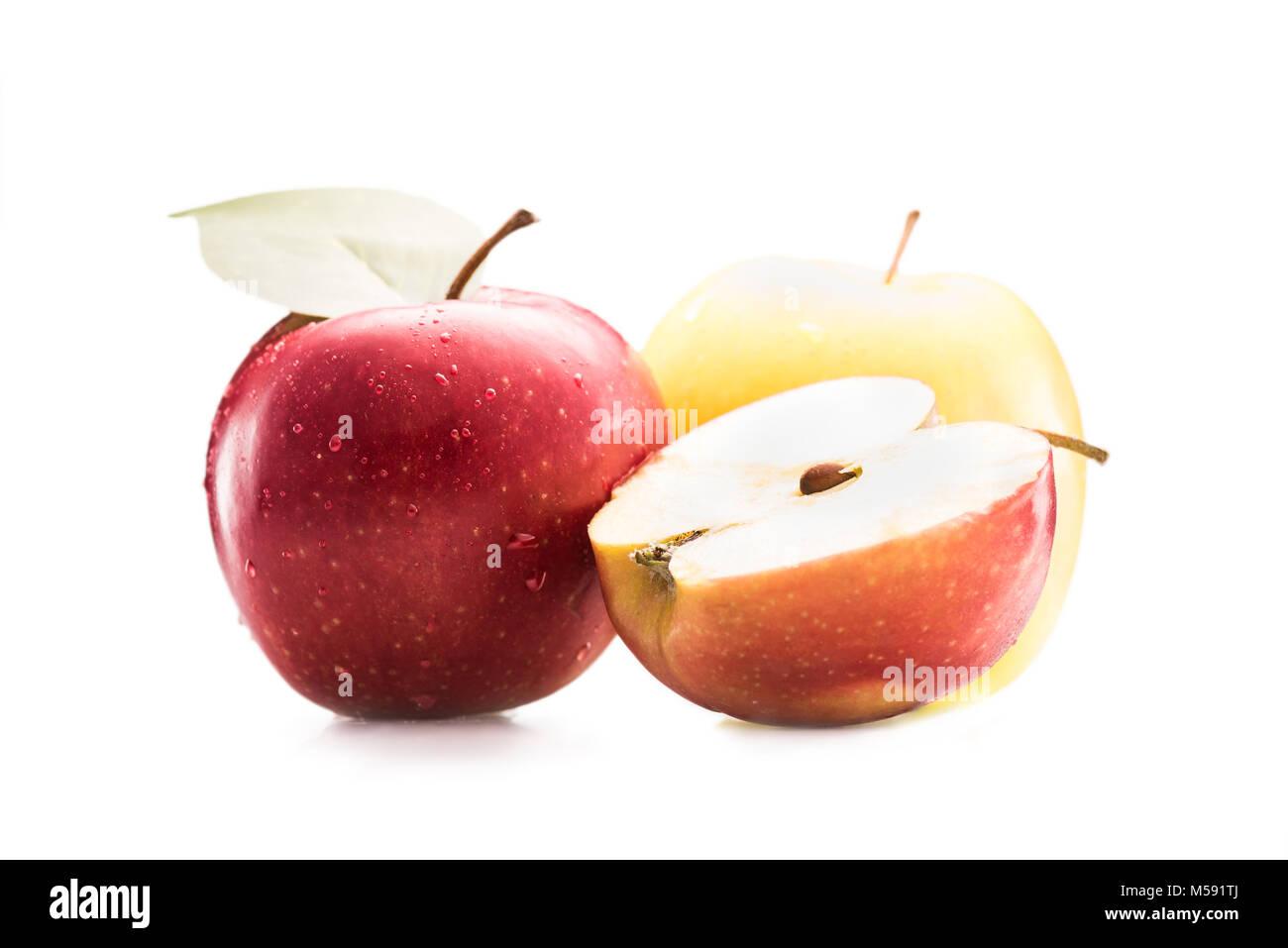 Nahaufnahme Blick auf frische und reife Äpfel isoliert auf weißem Stockfoto