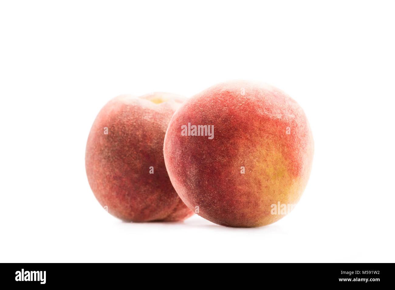Nahaufnahme Blick auf frische und reife Pfirsiche isoliert auf weißem Stockfoto