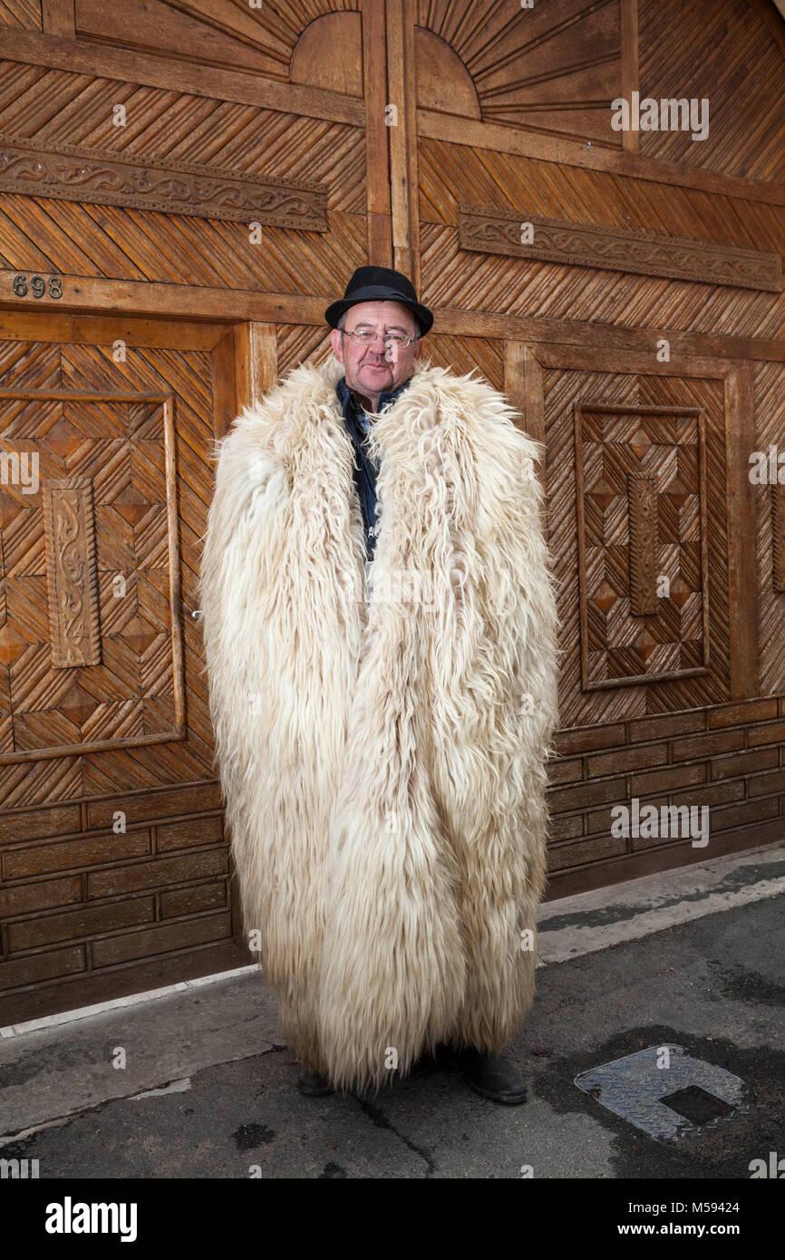 Rumänischen Hirten Tragen Eines Traditionellen Mantel Von Schafen Fellen  Stockbild