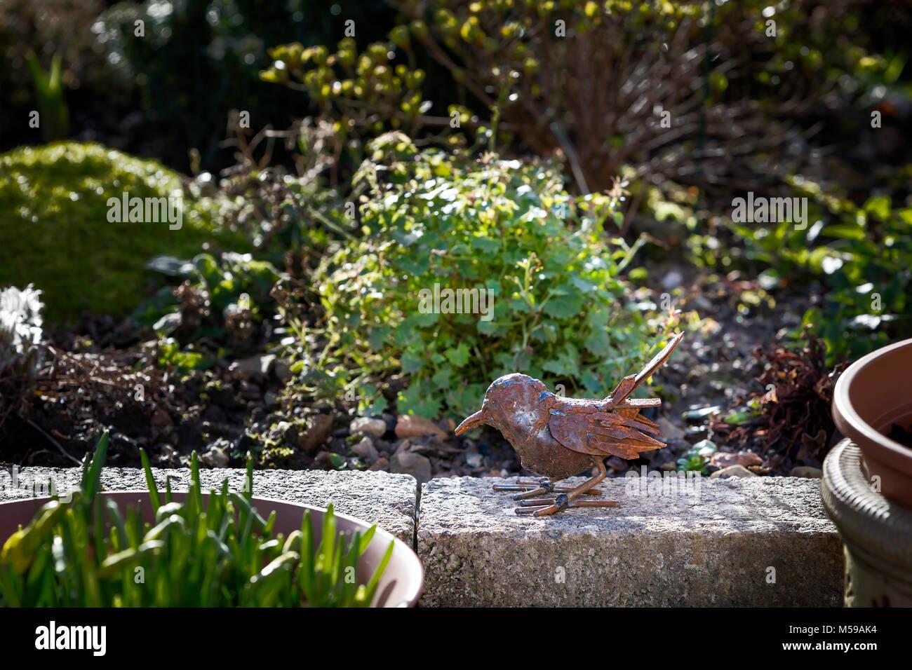 Kleine Rost Metall Skulptur Eines Vogel Sitzt Auf Einer Wand In