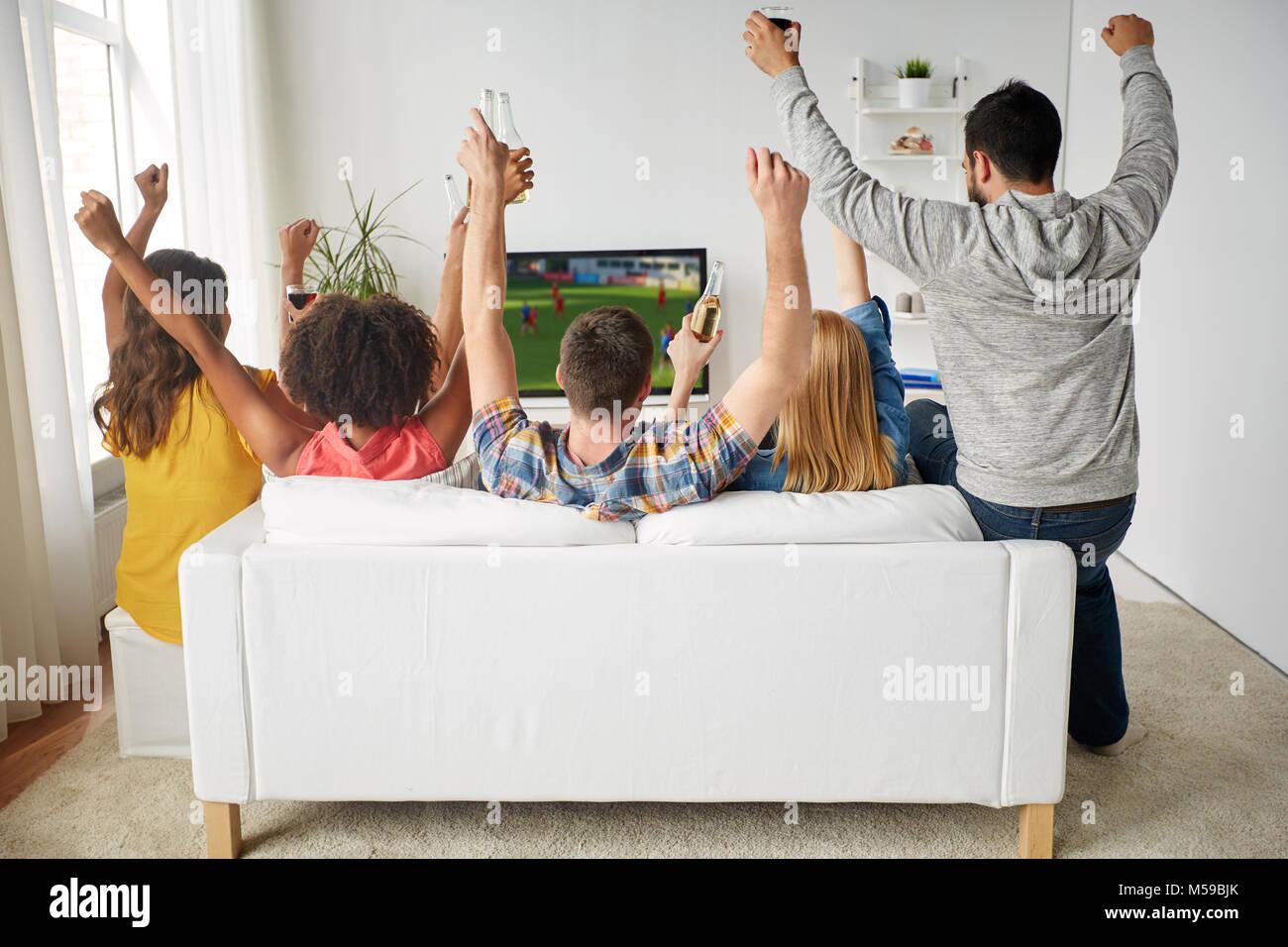 freunde mit bier gerade fu ball im fernsehen zu hause stockfoto bild 175383675 alamy. Black Bedroom Furniture Sets. Home Design Ideas