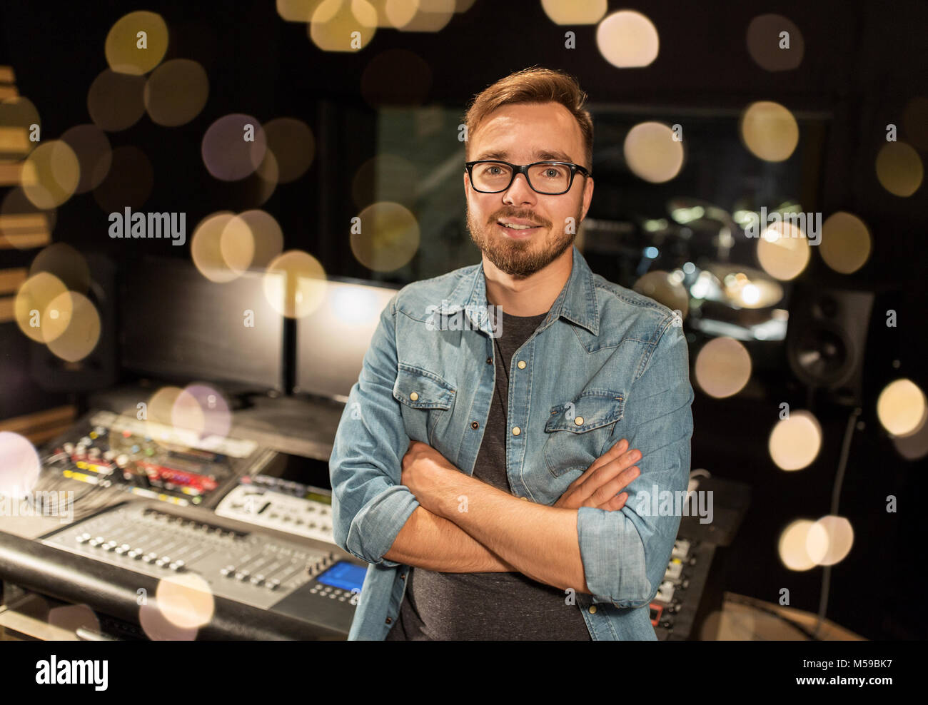 Mann am Mischpult in Musik-Tonstudio Stockbild