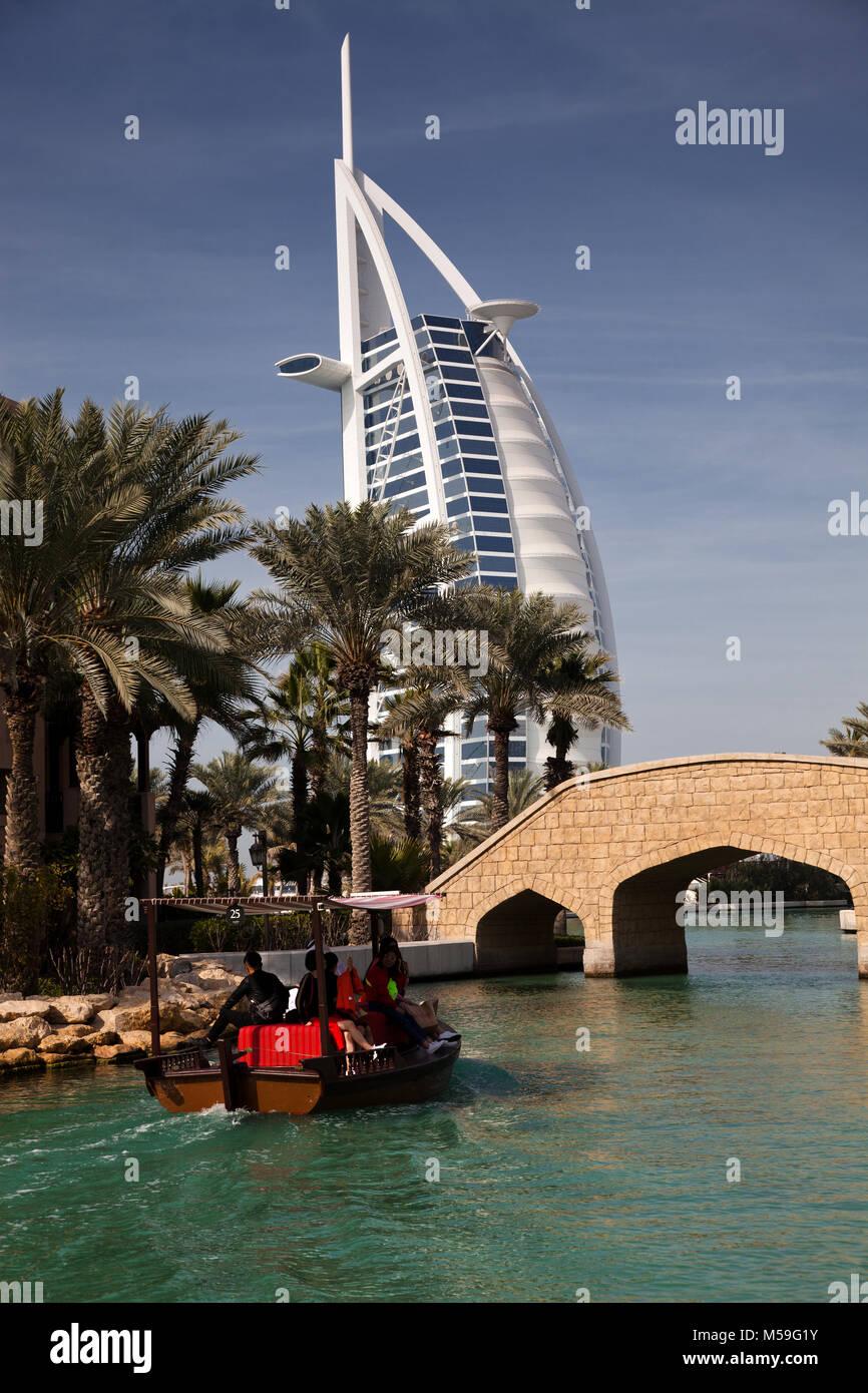 DUBAI, VAE - Februar, 2018: Blick auf das Burj Al Arab, dem weltweit nur sieben Sterne fotel von Madinat Jumeirah Stockbild