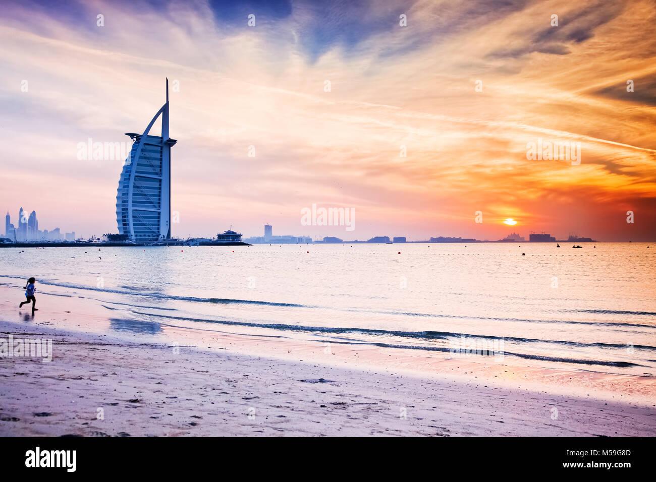 DUBAI, VAE - Februar 2018: Der weltweit erste 7-Sterne Luxushotel Burj Al Arab bei Sonnenuntergang von öffentlichen Stockbild