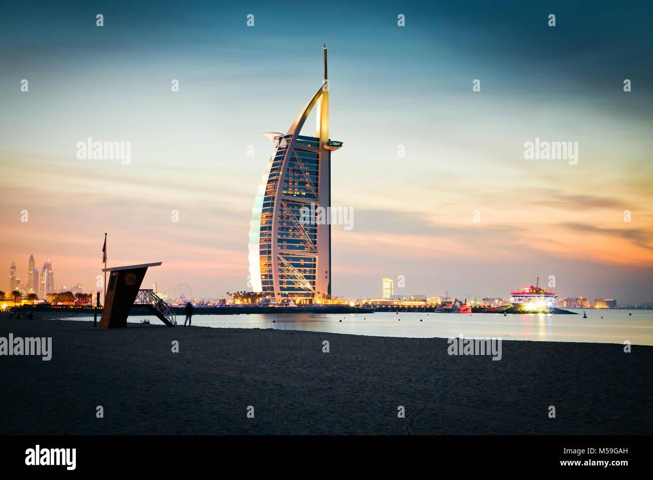 DUBAI, VAE - Februar 2018: Der weltweit erste 7-Sterne Luxushotel Burj Al Arab bei Nacht vom Jumeirah Strand in Stockbild