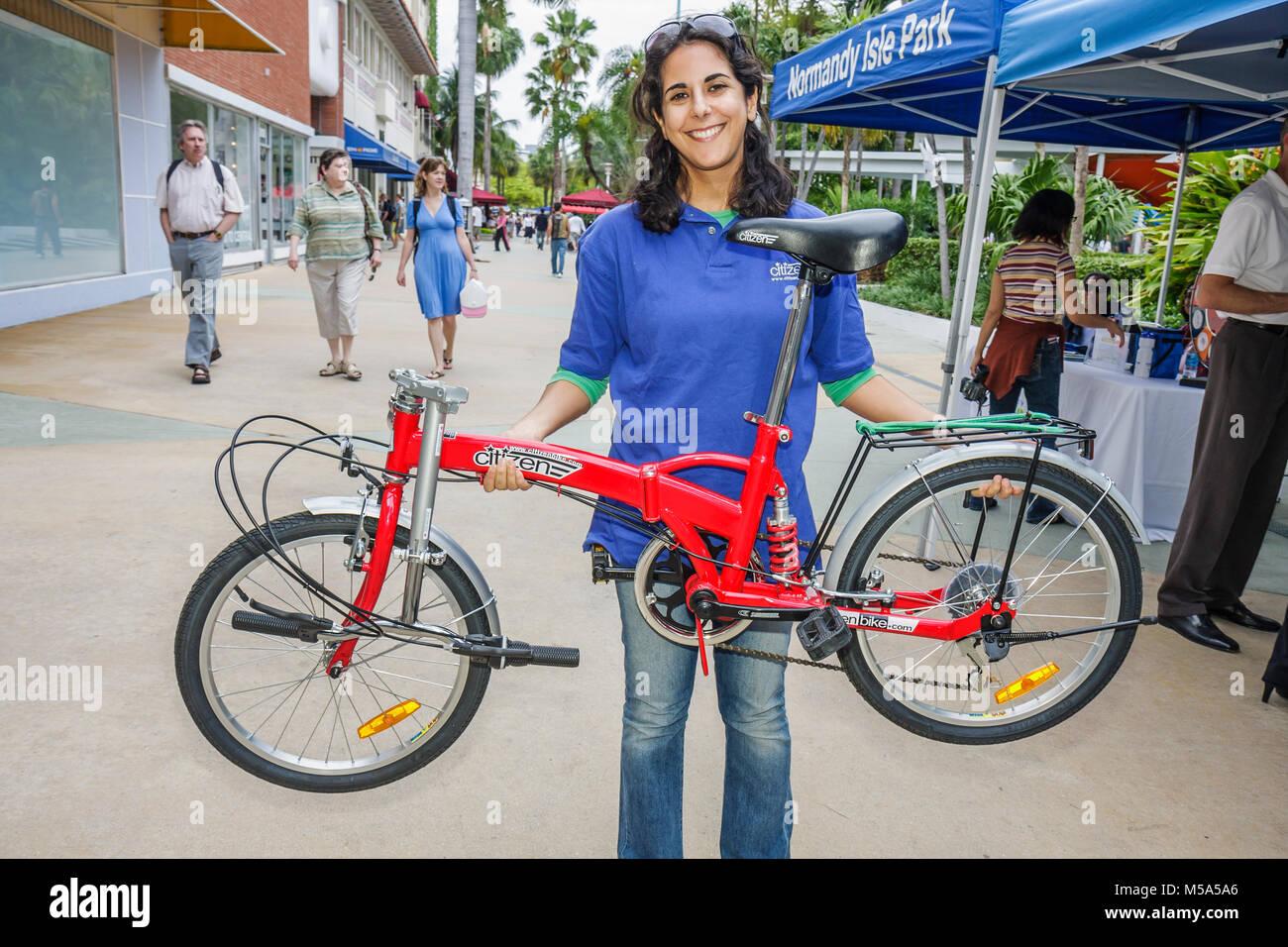 Mit dem Rad zur Arbeit Woche Bürger Bike falten Ausstellung Hispanic Frau leichte grüne Bewegung Fahrrad Stockbild