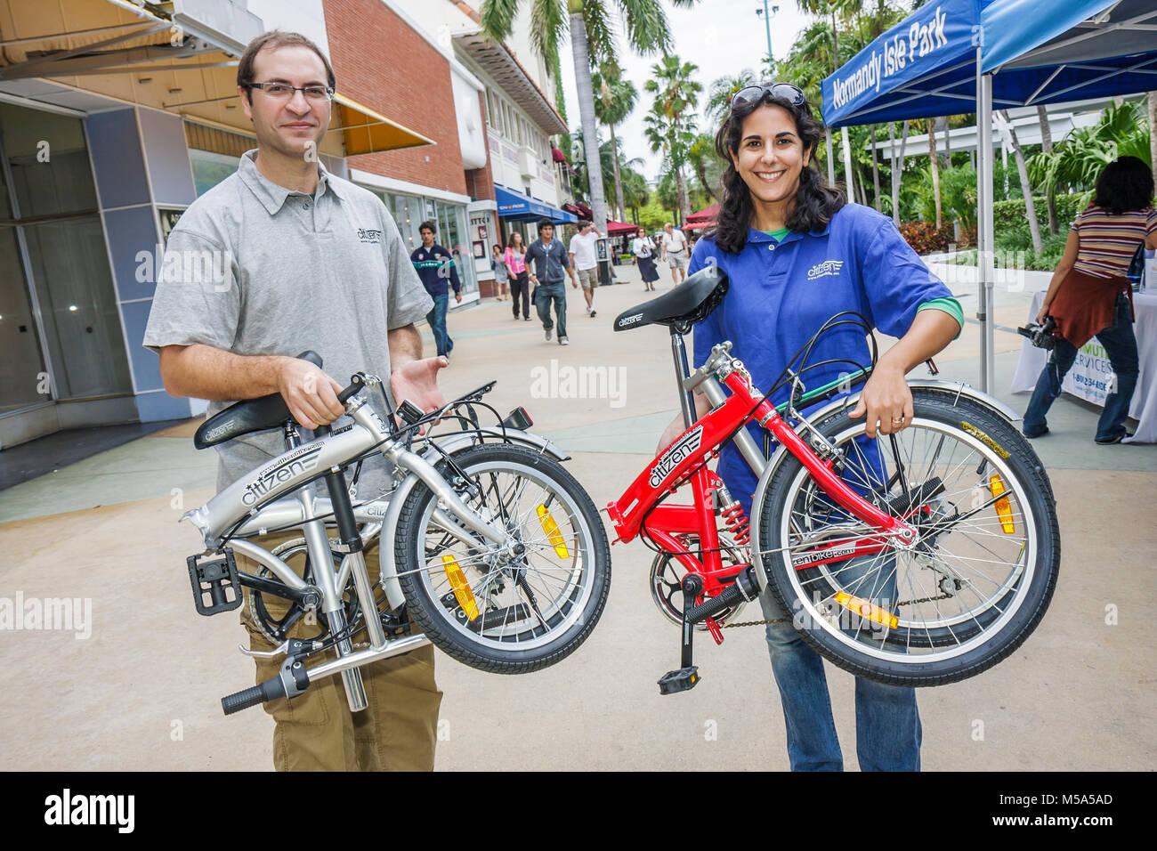 Rad zur Arbeit Woche Bürger Fahrrad Falten zeigen Ausstellung Mann Frau leichte grüne Bewegung Fahrrad Stockbild
