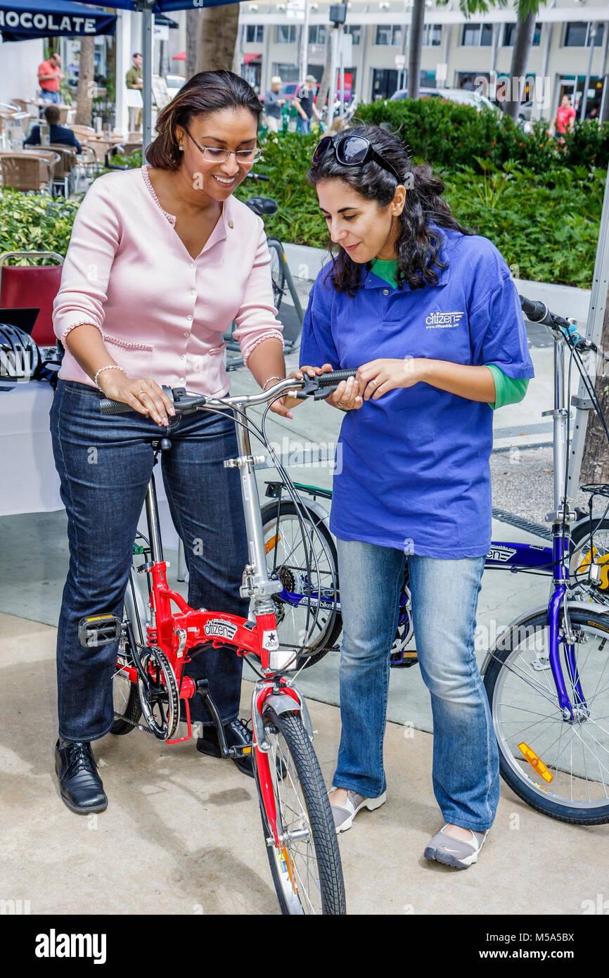 Rad zur Arbeit Woche Bürger Bike schwarz Hispanic Frau zwei Frauen Demonstration Klapprad pendeln Alternativen Stockbild