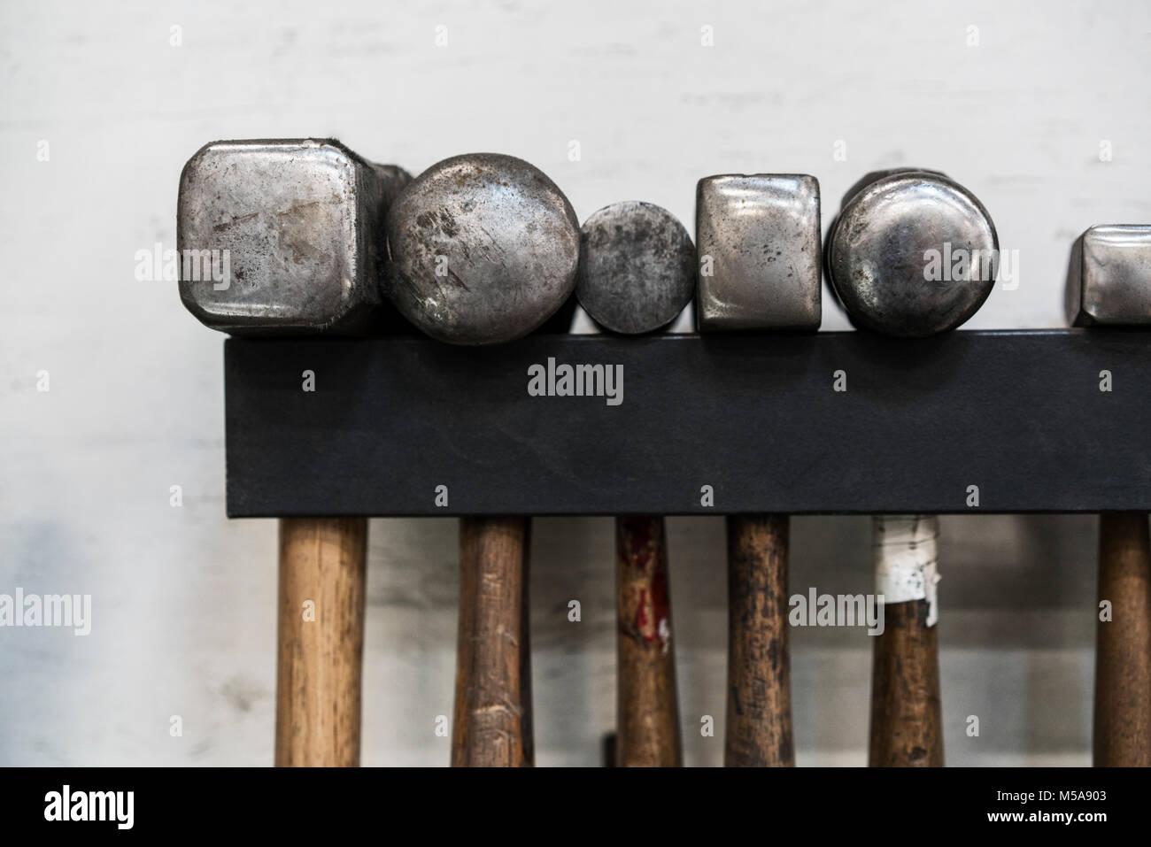 Nahaufnahme Von Einer Auswahl Von Hammer An Der Wand Aufhängen In