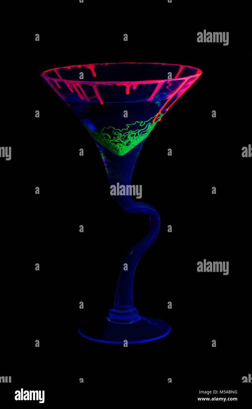 Giftigen Cocktail mit UV-Farben und verbogenen Schaft Stockbild