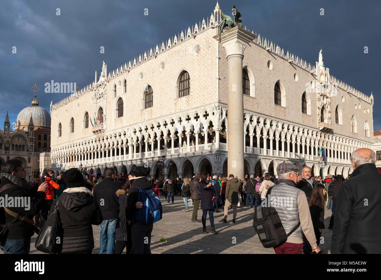 Dramatische Lichtstrahl auf die Dogen Palast, Venedig, Italien wie ein Sturm Ansätze mit Ominösen grauen Wolke und Stockfoto