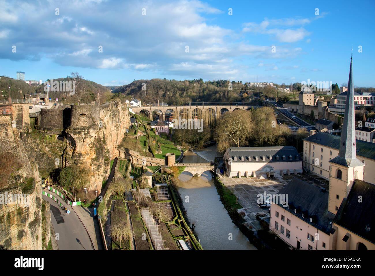 Die alzette Fluss in der Stadt Luxemburg, Luxemburg, Hervorhebung der Neumünster Abbey und den Saint-Jean-du Stockbild