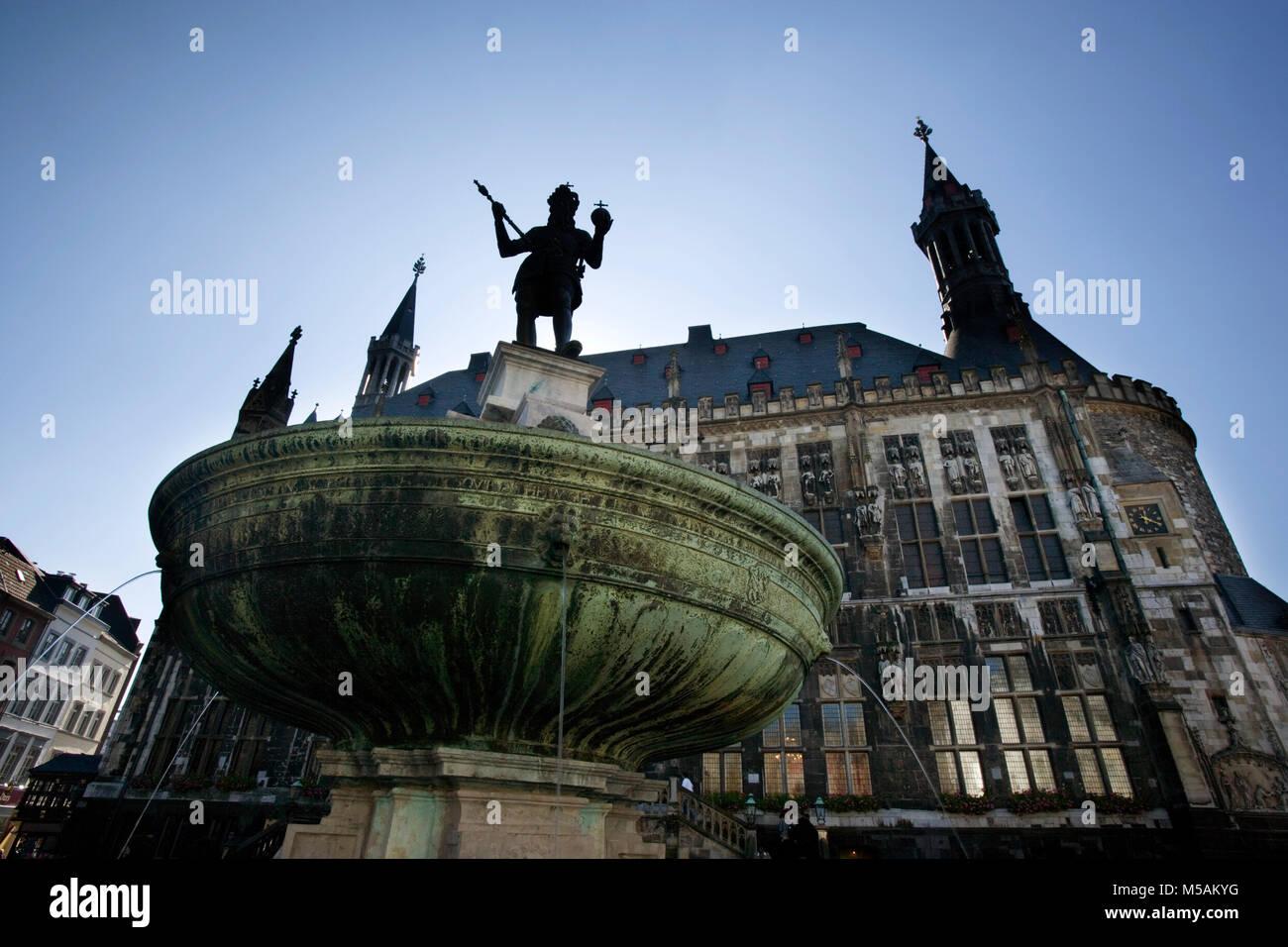 Aachen City Hall, Karl dem Großen Springbrunnen, Aachen oder Aix-la-Chapelle, Nordrhein-Westfalen, Deutschland Stockbild