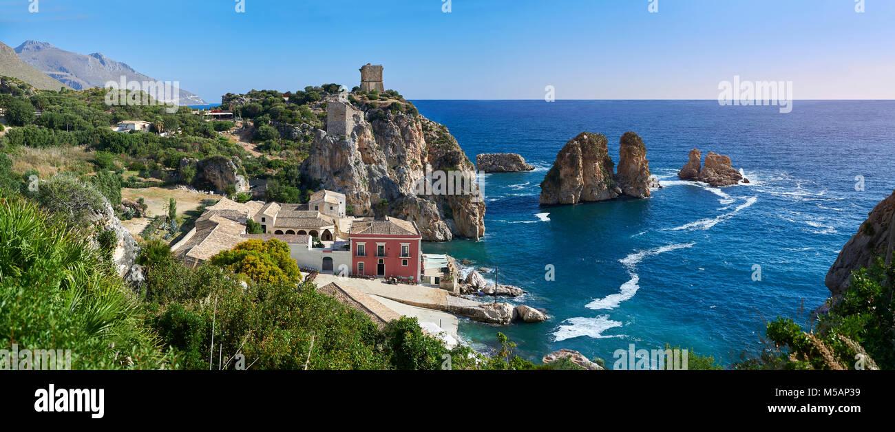Die tonnara von Scopello (Tonnara di Scopello) Alte Thunfisch verarbeitenden Gebäude auf dem Castellammare Stockbild