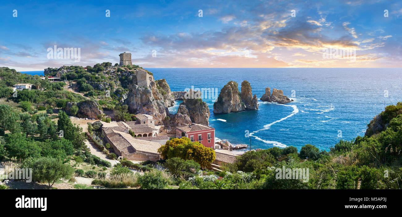 Die tonnara von Scopello (Tonnara di Scopello) Alte Thunfisch verarbeitenden Gebäude bei Sonnenuntergang auf Stockbild