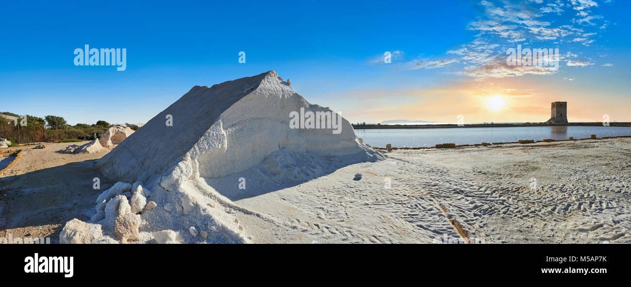 Salinen von Trapani, traditionelles Meersalz arbeitet, traditionelle Meer Wasser Salz Pfannen, Meer Wasser in Salinen, Stockbild