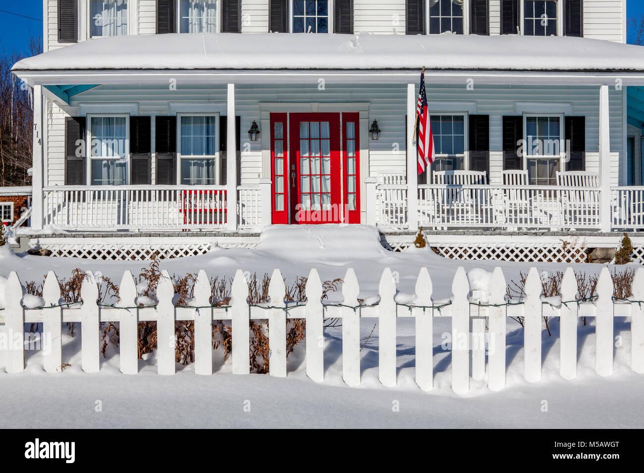 Gewaltig Amerikanische Terrasse Ideen Von Traditionelle Rhumb Home Mit Roten Tür, Flagge,