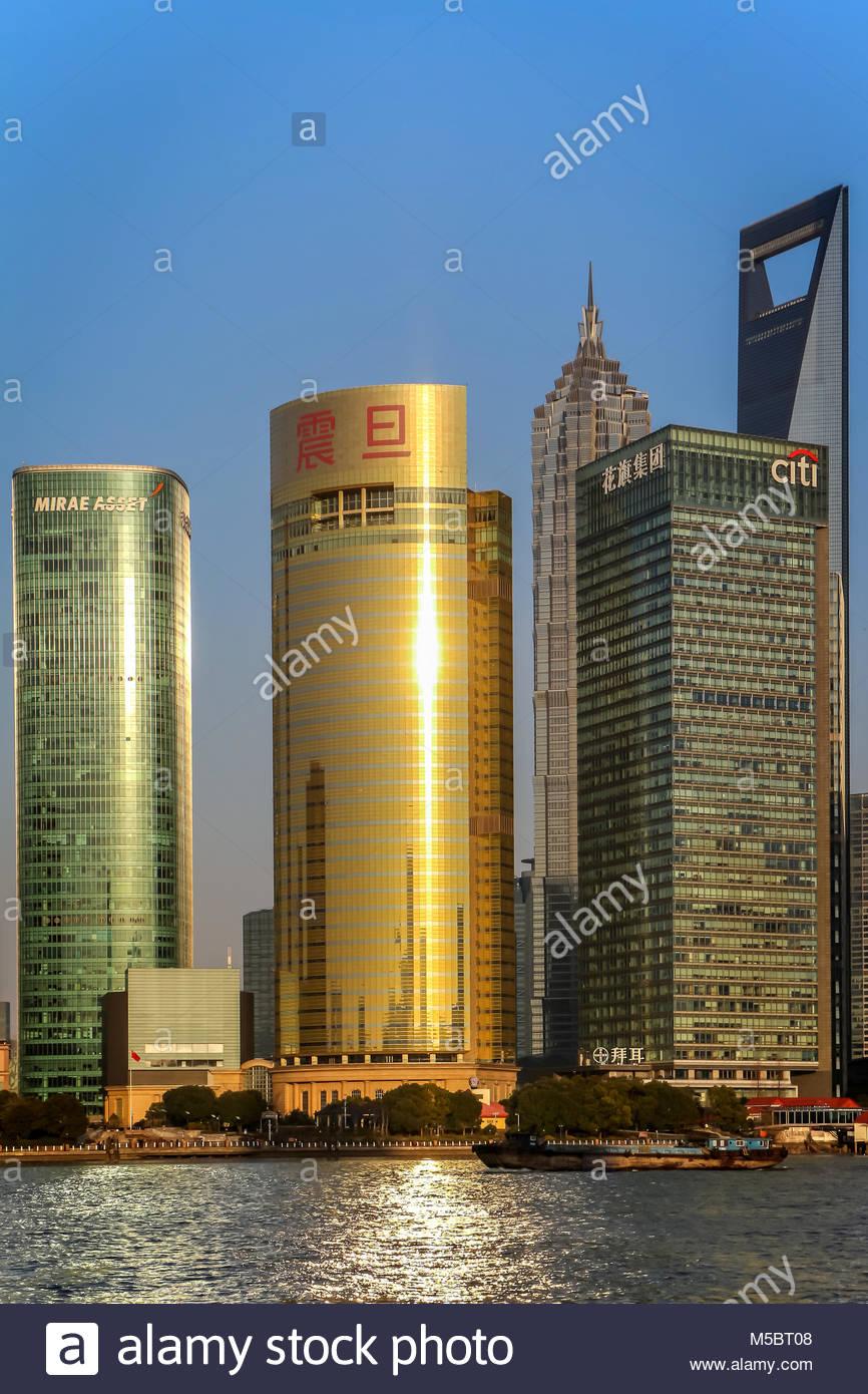 Ein Ausschnitt aus der berühmten Skyline von Shanghai im Stadtteil Pudong mit dem Mirae Asset Tower, dem goldenen Stockbild