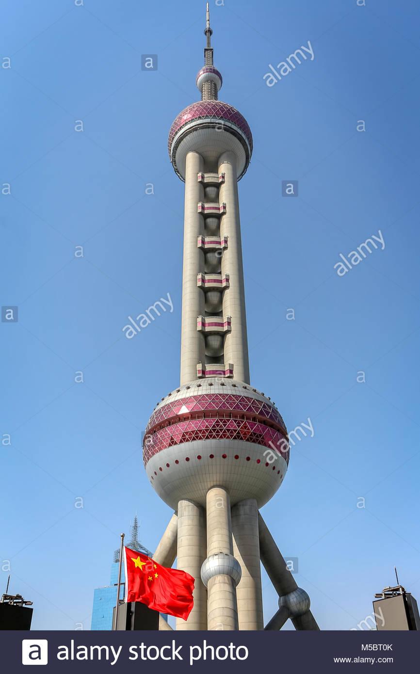 Der futuristische Oriental Pearl Tower oder auch Perle des Ostens im Stadtteil Pudong in Shanghai ist einer der Stockbild