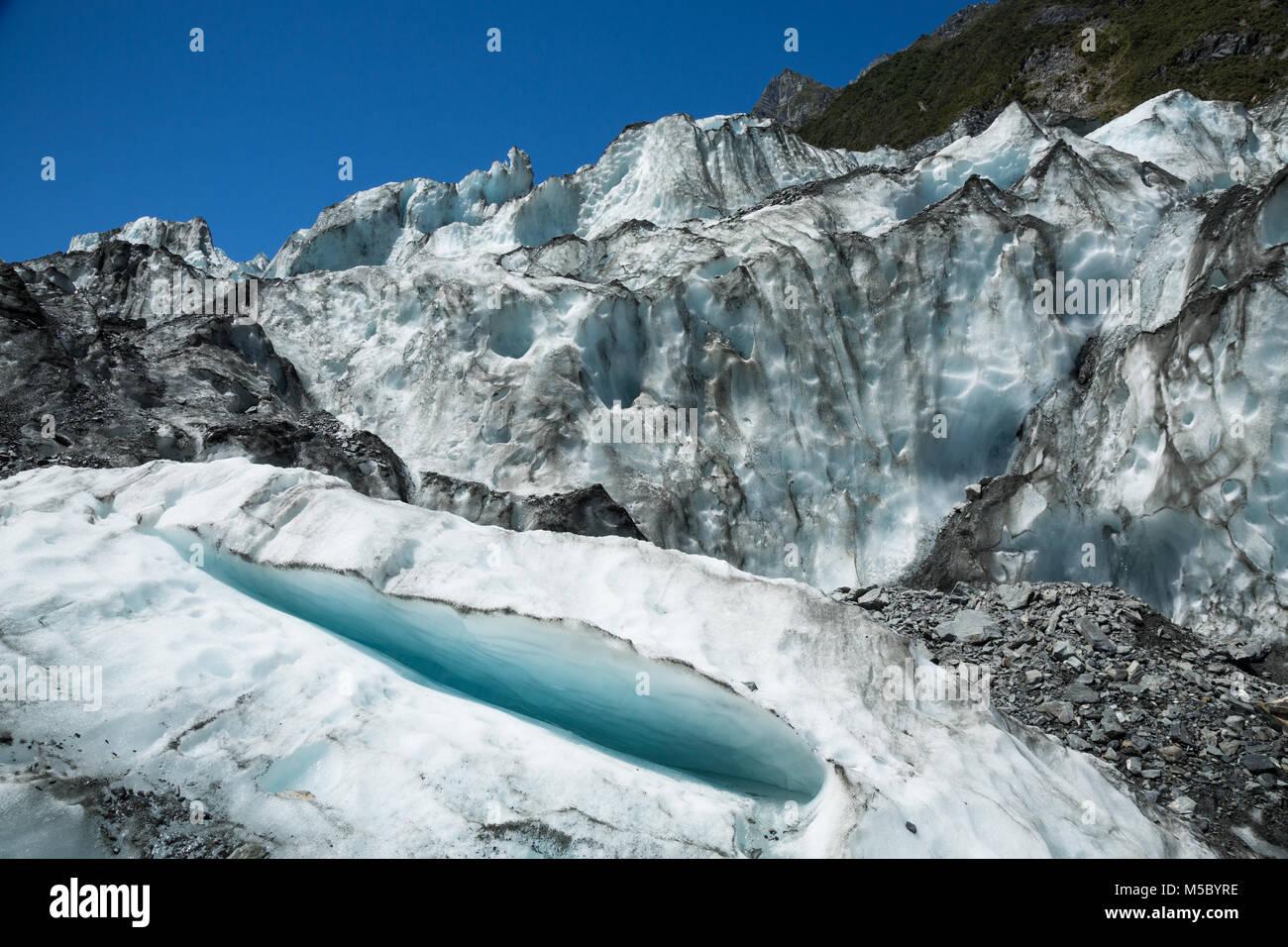 Eisfall des Fox Gletscher auf der Südinsel von Neuseeland. Eine kleine Gletscherspalte ist offen auf die Kamera Stockbild