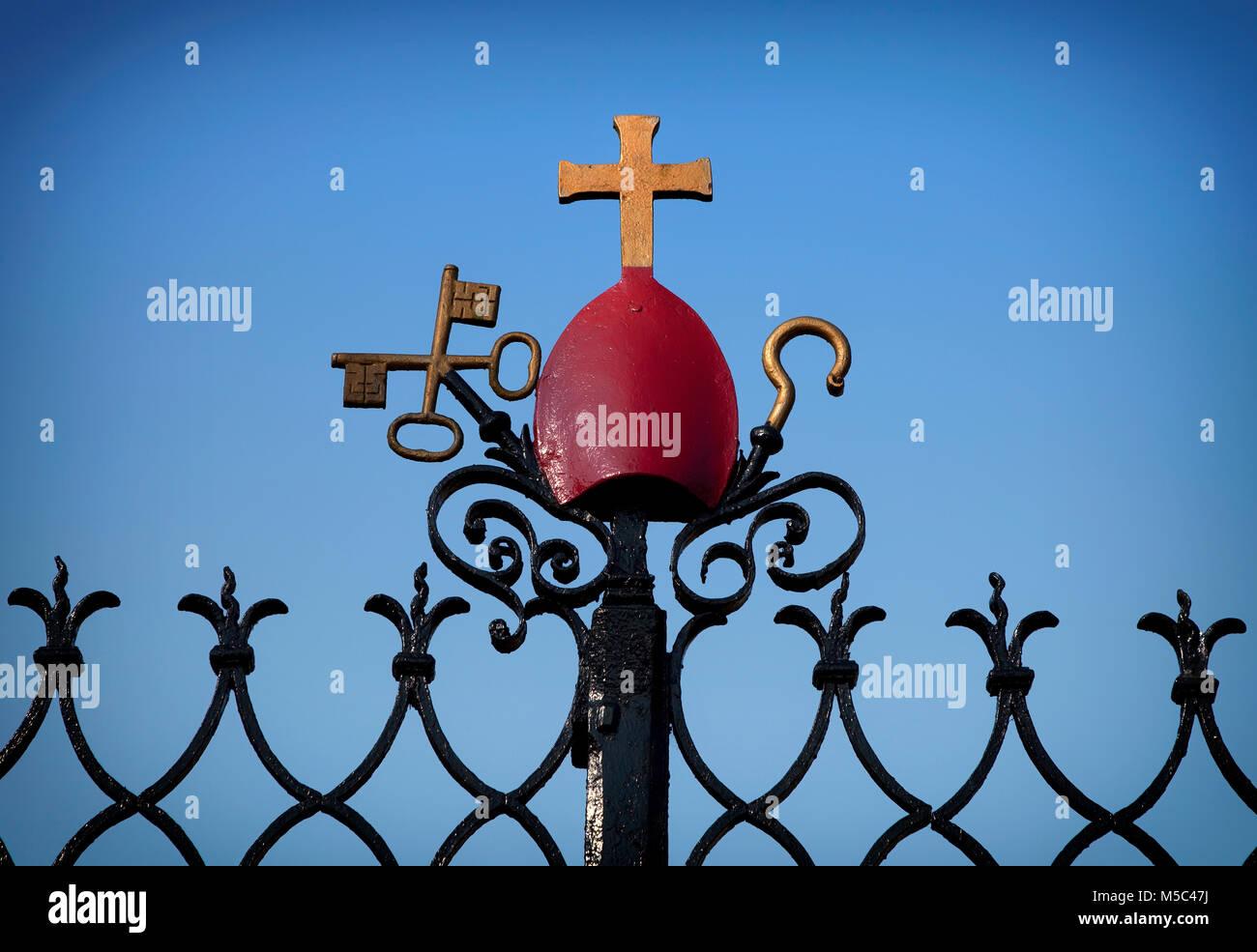 Christliche Symbolik an den Eingangstoren zu St Carthagh Altstadthügels, Lismore, Grafschaft Waterford, Irland Stockbild
