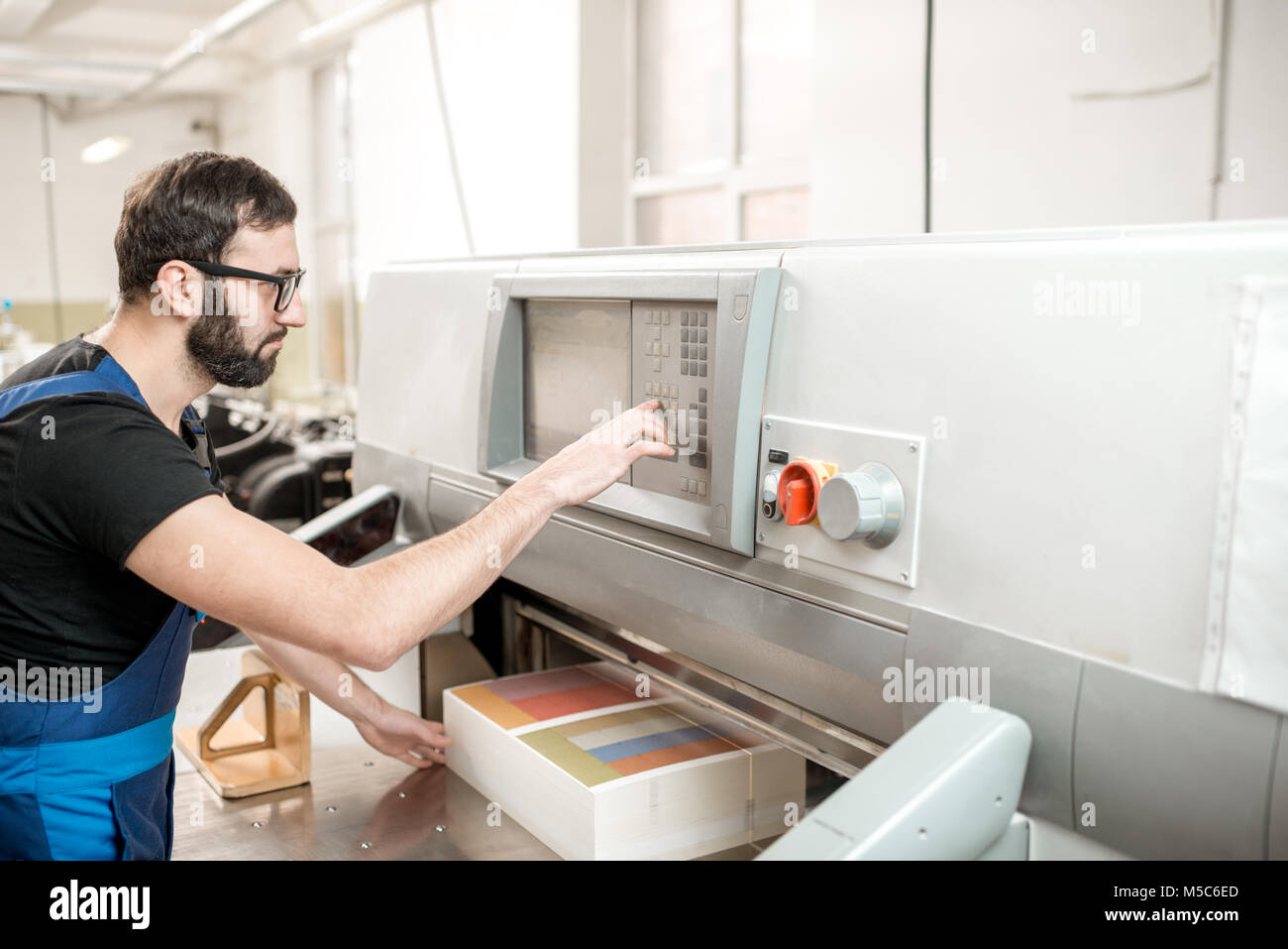Guillotine Man Cutting Stockfotos & Guillotine Man Cutting Bilder ...