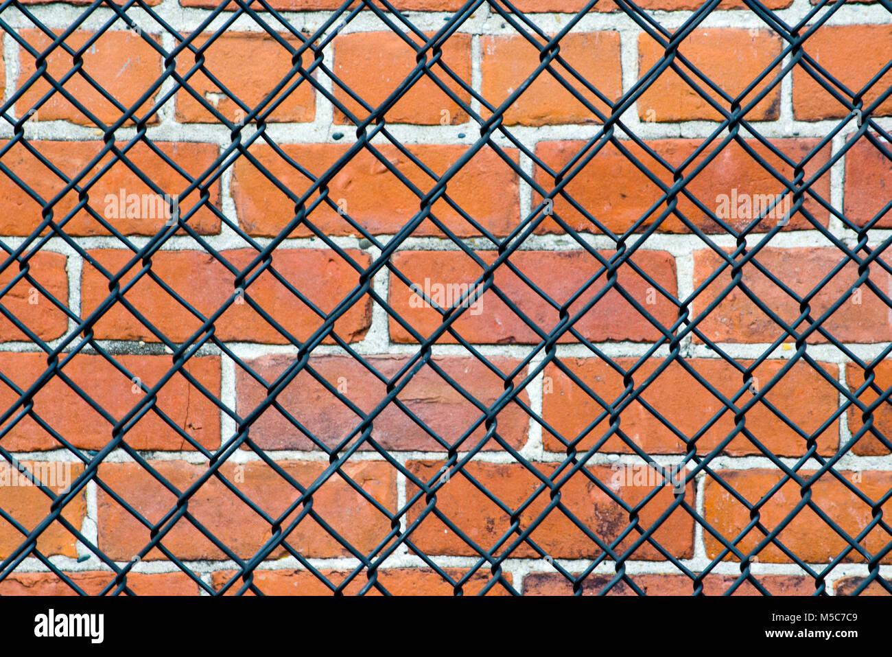 Wand hinter einem Maschendrahtzaun. Bedeutet es, halten Sie oder ist ...
